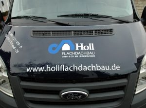 Schwarzer Ford mit 2-farbigen Holl Flachdachdachbau Logo foliert