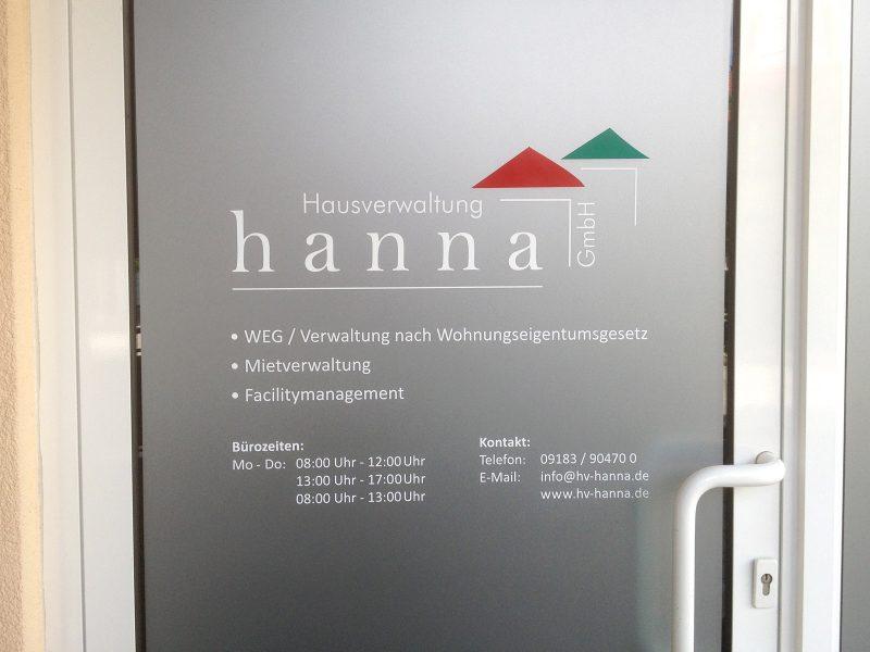 Sichtschutzbeklebung der Eingangstüre von Hausverwaltung hanna