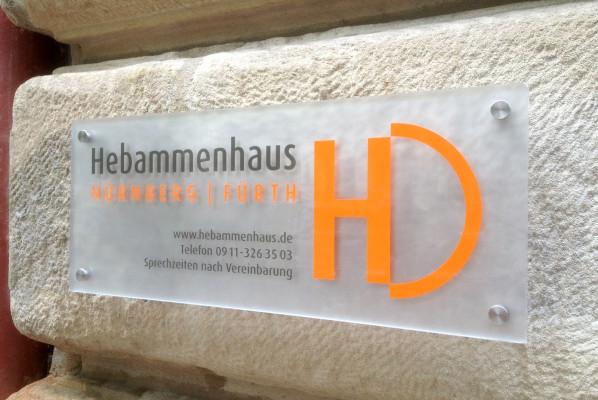 focus-folienbeklebung-beschilderung-acryl-hebammenhaus