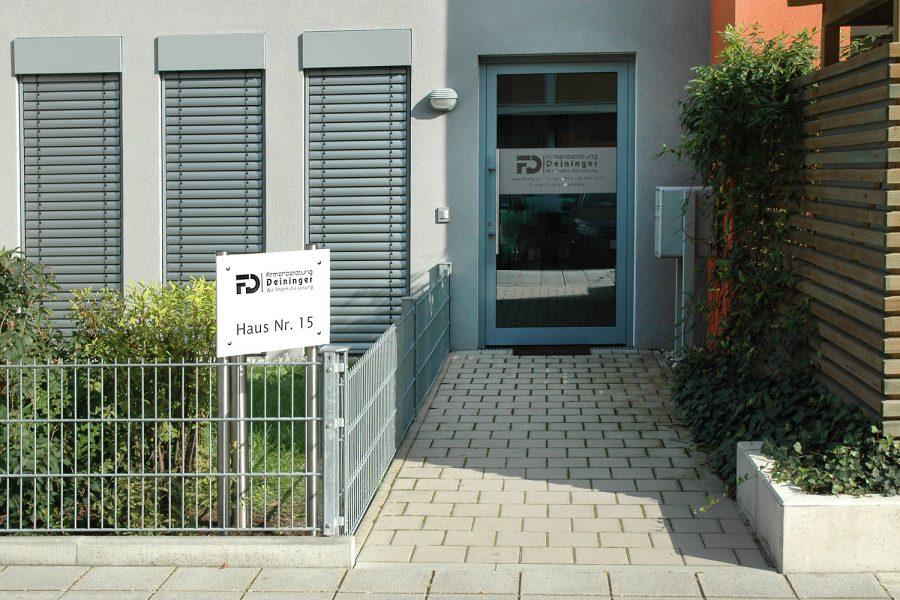 Dezente Türbekebung aus Glasdekor und Alu Dibond Schild für die Firma Deininger