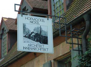 Historische Schild aus Alu Dibond an eisernem Aufhänger montiert
