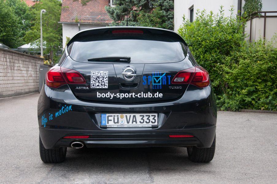 Heckansicht des Body Sport Club Fahrzeugesmit 3-farbiger Beklebung