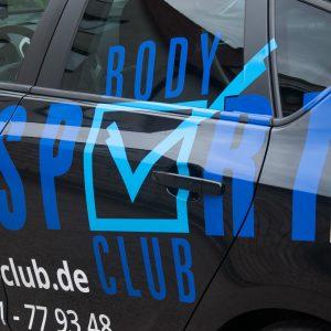 Nahaufnahme der Body Sport Club Beklebung