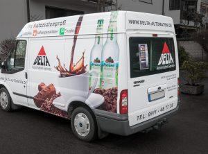 Heckansicht des Lieferfahrzeuges von Delta Automaten mit konturgeschnittenem Digitaldruck