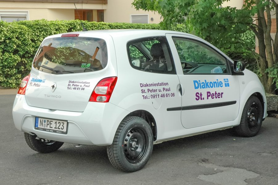 Heckansicht des Renaults aus der Flottenbeklebung der Diakonie St. Peter