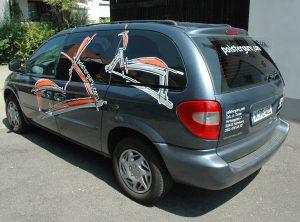 Seitenansicht des folierten Fahrzeuges für polsterguru.com