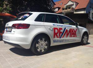 Goßflächige Beklebung eines Audis mit Remax Logo