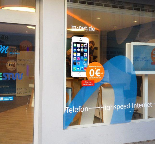 Ansprechende Folierung eines m-net Schaufensters