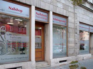 Folierung eines Nailshops in Nürnberg mit Glasdekor und Rot