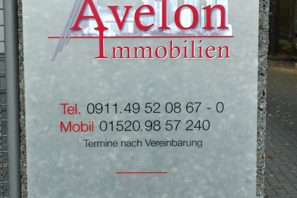 focus-folienbeklebung-schildanlagen-acryl-avelon-immobilien
