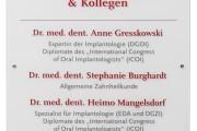 focus-folienbeklebung-schildanlagen-acryl-dr-gresskowski-01