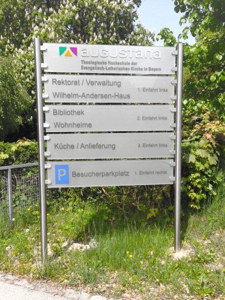 Schildanlage als Orientierungsleitsystem auf dem augustana Kampus