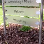 Weitere Schildanlagen zur Orientierung auf dem augustana Gelände aus Edelstahl und Glas