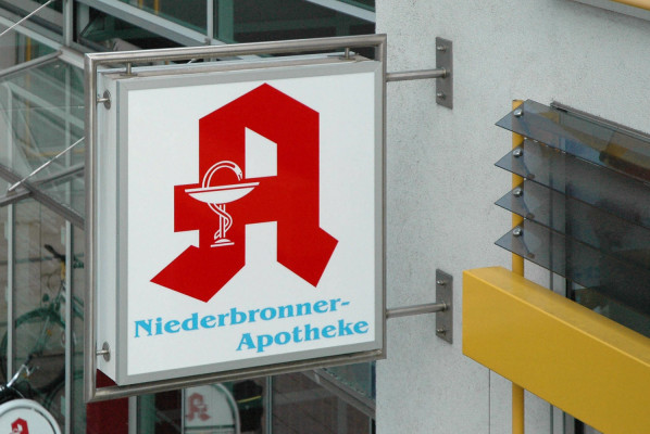 focus-folienbeklebung-schildanlagen-leuchtkasten-niederbronner-apotheke
