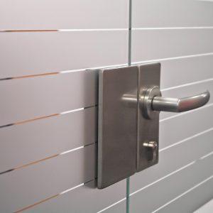 Detilaufnahme eines umklebten Türschlosses