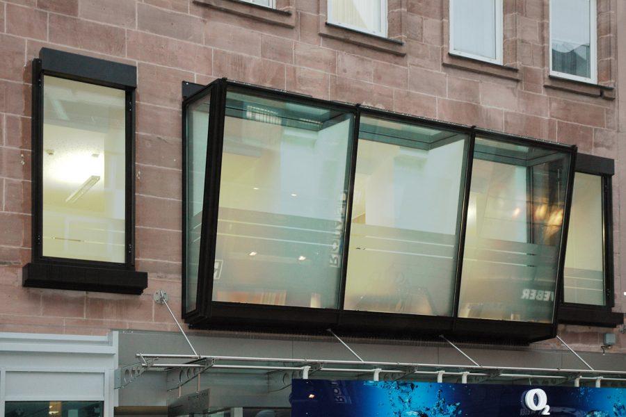 Sichtschutzbeklebung von Oberlichtern in einer Bankfiliale
