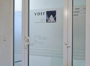 Sichtschutzbeklebung einer Eingangstüre mit gedrucktem Logo