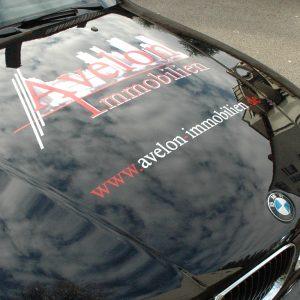 Digitalgedrucktes Logo auf Motorhaube für Avelon Immobilien