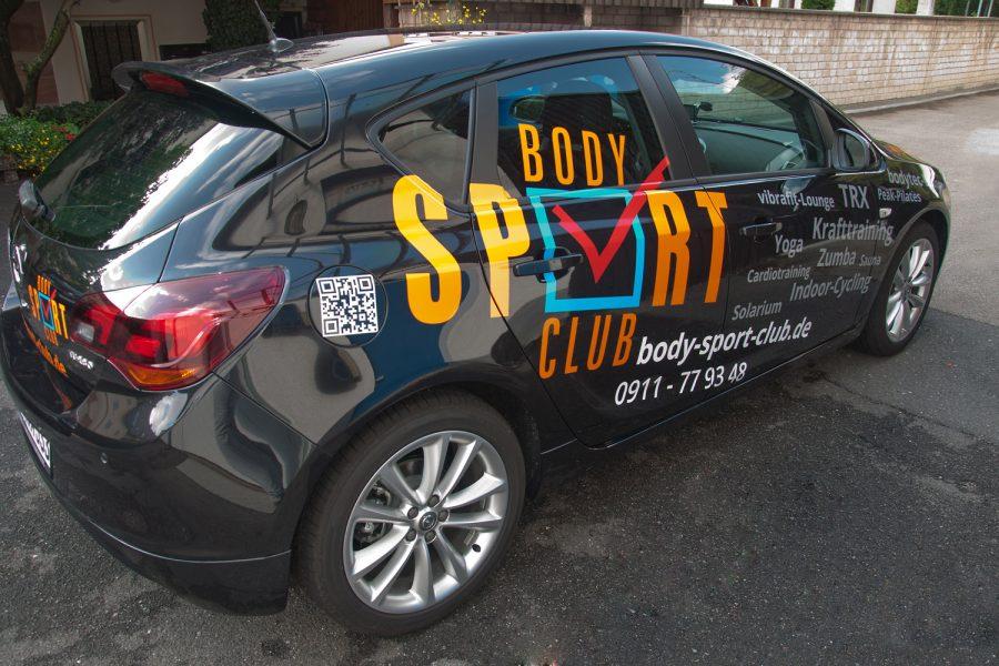 Bunt foliertes Body Sport Club Fahrzeug