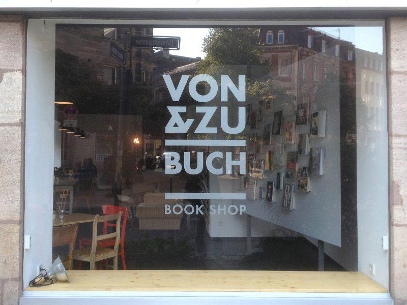 Simple Logobeklebung an einem Schaufenster