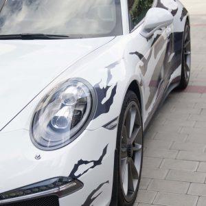 Frontansicht des folierten Porsche GT3 im grauen Streifendesign