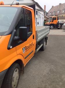 Seitenansicht des folierten Bauhof Fahrzeuges der Gemeinde Rückersdorf
