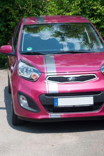 Silberner Streifen foliert auf pinkfarbenem Kia