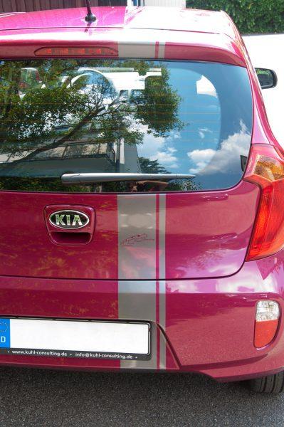 Heckansicht des silberneren Streifens foliert auf pinkfarbenem Kia