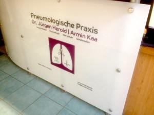 Folierung eines Tresens im Empfangsbereich der pneumologischen Praxis