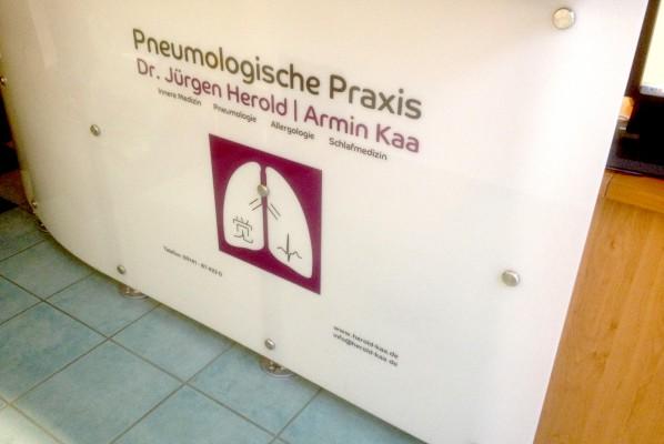 focus-folienbeklebung-beschilderung-pneumologische-praxis-theke