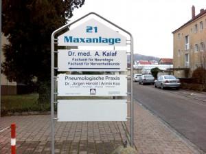 Umfolierung eines Schildes an einer Anlage für eine pneumologische Praxis