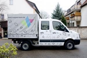 Fotoaufnahme des Fahrzeuges für Köpsel Team mit Konturen von Laub
