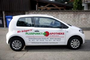 Seitenansicht des Lieferfahrzeuges der Pluspunkt Apotheke