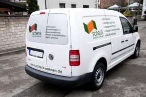 Schrägansicht des VW Caddy mit 2-farbiger Beklebung für die Firma Schenk