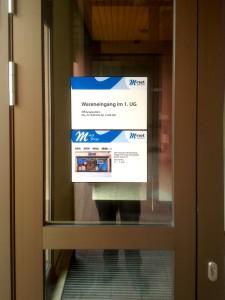 Aufkleber auf Scheibe neben Eingangstüre zur Orientierung