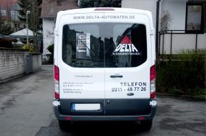 Heckansicht des folierten Wagens für Delta Automaten mit Logo und digital gedrucktem Kühlschrank