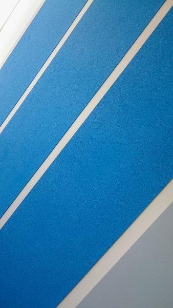 Anbringung von Korkbahnen an der Wand eines Büroraumes von Adidas zum Thema Running