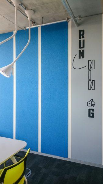 Gesamtansicht der Bürowand zum Thema Running bei Adidas