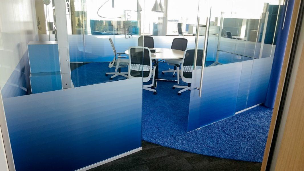 """Gesamtansicht des Büros """"Wasser"""" mit rundum bedruckter Glasdekorfolie"""