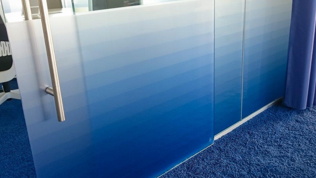 """Mit Farbverläufen bedruckte Glasdekorfolie zur Designbeklebung bei Adidas zum Thema """"Wasser"""""""
