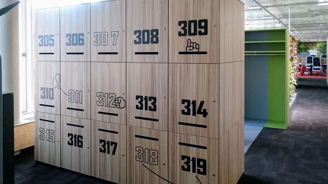 Beschriftung der Mitarbeiterschließfächer mit Nummern