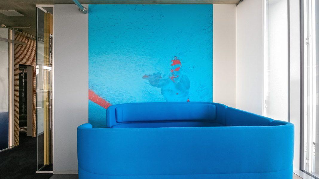 Folierung eines Wandtattoos mit Schwimmer als Motiv zum Thema Wasser