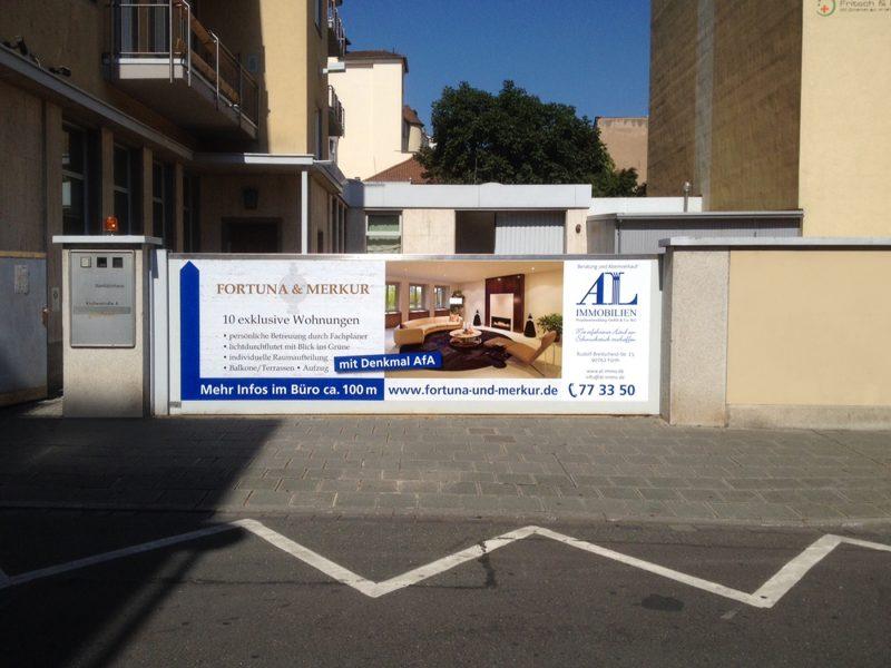 Großflächiger Banner an Einfahrt für die Firma AL Immobilien