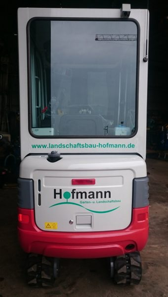 Heckansicht des Minibaggers der Firma Hofmann Garten- u. Landschaftsbau