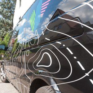 Detailansicht der aufwändig folierten Fahrzeugbeklebung für Köpsel Team mit mehrfarbigen Höhenlinien