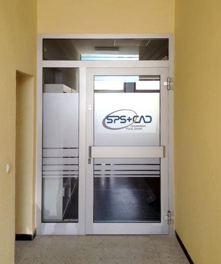 Folierung einer Eingangstüre mit Glasdekor und farbiger Klebefolie