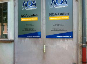 Folierung der Eingangstüre des NOA-Ladens