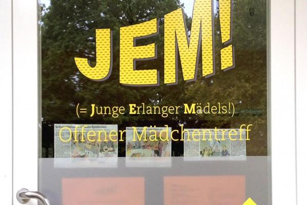werbeagentur-focus-nuernberg-fensterbeklebung-jem-offener-maedchen-treff-junge-erlanger-maedels-2015-09