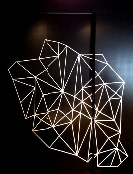 Folierung eines schwarzen Schrankes mit weißer Netzgrafik für Design Offices