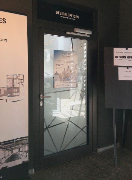 Folierung einer Design Office Türe mit bekannter Netzgrafik aus Glasdekor